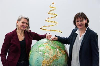 Projektleiterin Ilona Riek und die Leitende Direktorin der ULB freuen sich über die Bewilligung.