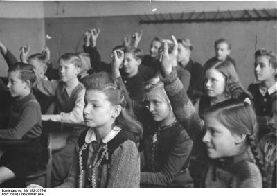 Jungen und Mädchen beim gemeinschaftlichen Schulunterricht in der Sowjetischen Besatzungszone, 13.11.1947. Seitdem hat sich auch in der Fachdidaktik viel getan.