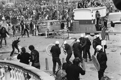 """Schauplatz im Roman """"De slag om de Blauwbrug"""" von A.F.Th. van der Heijden: Die Blauwbrug in Amsterdam, wo am Tag der Inthronisation von Königin Beatrix (30. April 1980) Unruhen zwischen den """"Krakers"""" und der Polizei stattgefunden haben."""