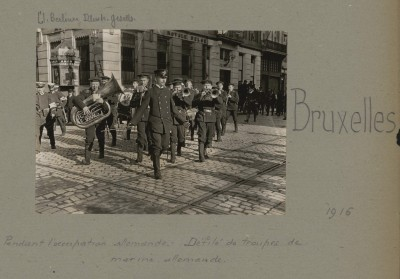 """Ansichtsbeispiel für eine Fototafel aus dem digitalen Bestand """"Albums Valois"""": Umzug deutscher Marinesoldaten mit Musikkorps in Brüssel 1916"""