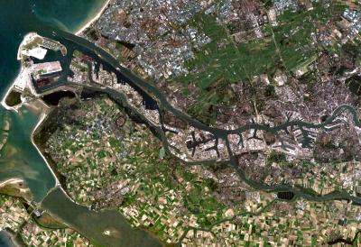 Satellitenaufnahme von Rotterdam und seinem Hafengebiet