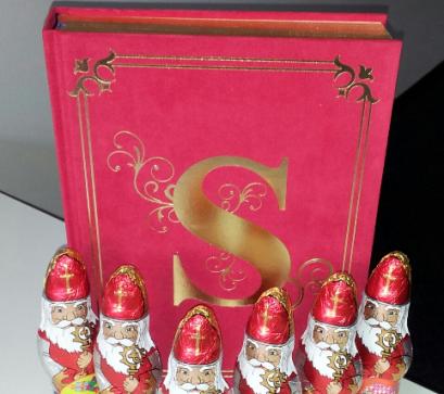 """Im Hintergrund: """"Het enige echte boek van Sinterklaas"""" von Guy Daniëls"""